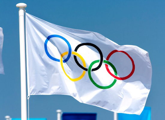 what color is the background of the olympic flag